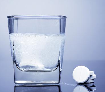 verre d'eau avec un cachet d'aspirine en effervescence